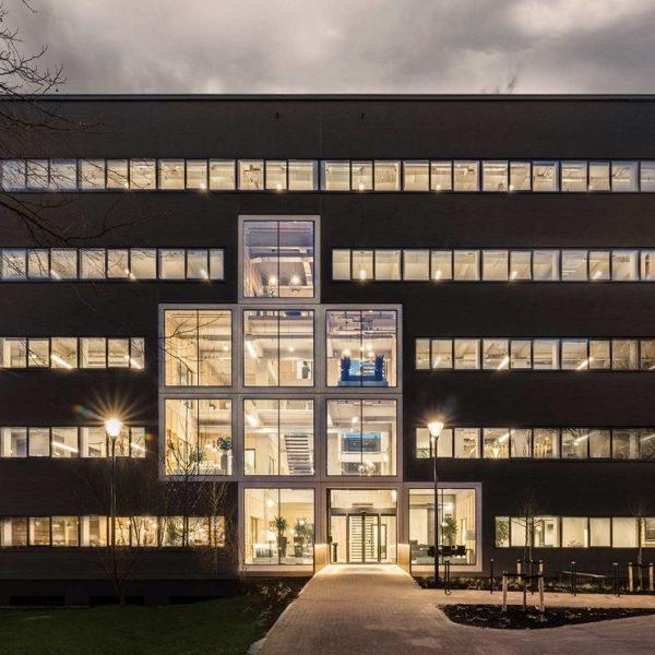 Außenansicht modernes Bürogebäude für ein Technologieunternehmen