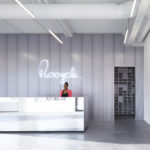 Empfangstheke aus Spiegel HPL mit Illuminierter Wand im Hintergrund