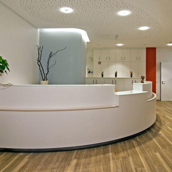 Empfangstheke für Frauenarztpraxis in Werne aus weißem HPL  mit Glas - Werne Gynäkologe