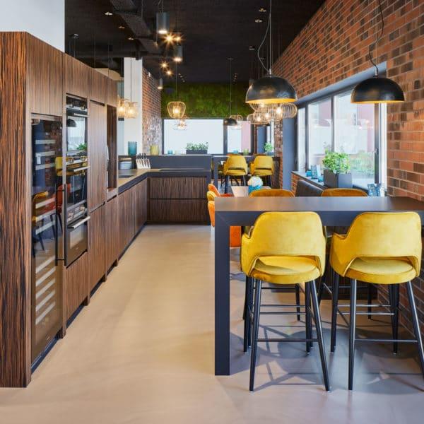 Moderne Küche aus Makassar mit Backöfen in Gebäude im Industrielook