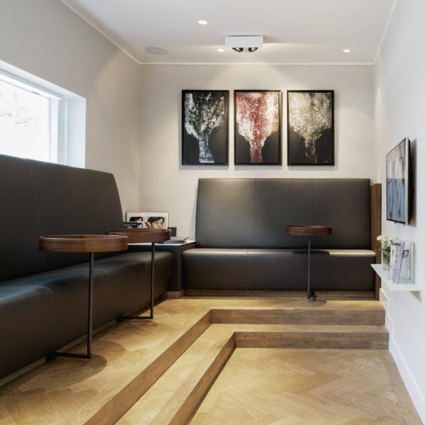 Sitzbank mit Lederbezogen und Nussbaumfurnier und Beistelltische mit Stahlgestell aus Nussbaum rund mit Aufkantung