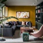 Wohnzimmerschrank in Lack nach Farrow & Ball Muster lackiert mit lederbezogenen Fronten, Messingumrandung und patinierten Messinggriffen